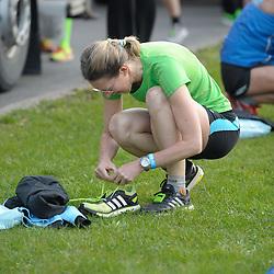 12.04.2015, Wien, AUT, Vienna City Marathon 2015, im Bild eine Läuferin bei ihren Startvorberitungen, Feature // during Vienna City Marathon 2015, Vienna, Austria on 2015/04/12. EXPA Pictures © 2015, PhotoCredit: EXPA/ Gerald Dvorak