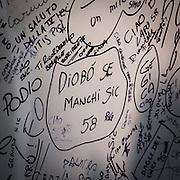 Motosalone Eicma edizione 2012: stand dedicato a Marco Simoncelli, la parete dove gli ammiratori scrivono i loro pensieri..International Motorcycle Exhibition 2012: Stand dedicated to Marco Simoncelli, the wall where his fans write their kind thoughts