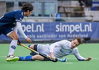 AMSTELVEEN - Ties Ceulemans (Kampong) met Niek Merkus (Pinoke)  tijdens   hoofdklasse hockeywedstrijd mannen, Pinoke-Kampong (2-5) . COPYRIGHT KOEN SUYK