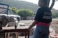Una donna in un posto di blocco tranquillo, la città di Buena Vista è ormai libera da quasi un'anno.