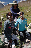 JUDIT CALAPENA Y SILVANA QUIROGA HACIENDO OFRENDAS A LA PACHAMAMA EN UNA APACHETA DURANTE EL CARNAVAL, JUIRI, QUEBRADA DE HUMAHUACA, PROV. DE JUJUY, ARGENTINA