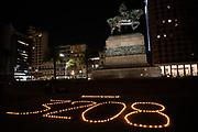 """20210512 /URUGUAY / MONTEVIDEO / Intervención frente a Torre Ejecutiva en homenaje a los fallecidos por Covid 19 en Uruguay. En la concentración, convocada por redes sociales, se reclamó por un diálogo nacional amplio, se homenajeó a los fallecidos por Covid-19 en lo que va de la pandemia.<br /> <br /> En la foto: Intervención frente a Torre Ejecutiva bajo la consigna """"Pueblo presente, gobierno ausente"""" en homenaje a los fallecidos por COVID-19 en Uruguay. Foto: Santiago Mazzarovich / adhocFOTOS"""
