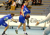 Drammen- Sandefjord. Kenneth Klev banker ballen forbi fra venstre Uffe Rasmussen og Andreas Aaberg i dhk forsvaret <br /> <br /> Foto: Andreas Fadum, Digitalsport