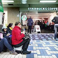 Nederland, Amsterdam , 8 november 2009..Starbucks Coffee heeft een nieuwe filiaal geopend op Centraal Station..New branch of Starbucks Coffee on the Central Station in Amsterdam.