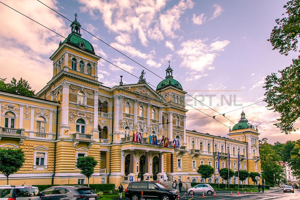 20-09-2015: Hotel Nove Lazne in Marianske Lazne (Marienbad), Tsjechië.<br /> Foto: Voorkant hoofdgebouw