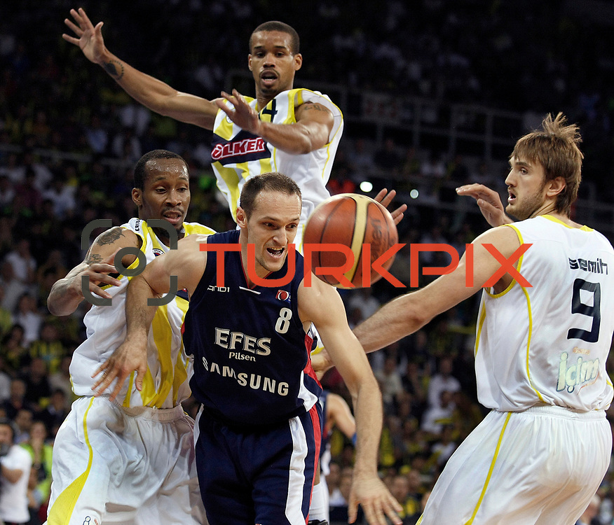 Fenerbahce Ulker's Tarence Anthony KINSEY (L), Lynn Terence GREER (B), Semih ERDEN (R) and Efes Pilsen's Igor RAKOCEVIC (C) during their Turkish Basketball league Play Off Final fourth leg match Fenerbahce Ulker between Efes Pilsen at the Abdi Ipekci Arena in Istanbul Turkey on Thursday 27 May 2010. Photo by Aykut AKICI/TURKPIX
