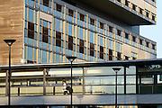 Nederland, Nijmegen, 1-10-2014Een student loopt in de avondzon door een loopbrug van het Radboudumc. Op de achtergrond het onderzoeksgebouw, researchgebouw, ncmls waar verschillende laboratoria voor wetenschappelijk onderzoek zijn ondergebracht.FOTO: FLIP FRANSSEN/ HOLLANDSE HOOGTE