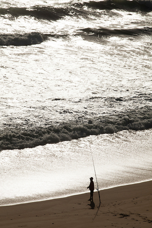 Tibau do Sul_RN, Brasil...Pescador na praia da Cacimbinha em Tibau do Sul, Rio Grande do Norte...A fisherman in Cacimbinha beach in Tibau do Sul, Rio Grande do Norte...Foto: LEO DRUMOND / NITRO