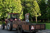 04.06.2015 wies Dubicze Cerkiewne woj podlaskie Wedlug najnowszego spisu ludnosci narodowosc bialoruska zadeklarowało 81,33% mieszkancow tej gminy  , ktora jednoczesnie ma jeden z najnizszych w Polsce wskaznikow przyrostu naturalnego n/z traktor z przyczepa , w tle pomnik zolnierzy radzieckich poleglych na terenie gminy w czasie II wojny swiatowej w l. 1941-45 postawiony w 40 rocznice zakonczenia wojny w 1985 roku fot Michal Kosc / AGENCJA WSCHOD