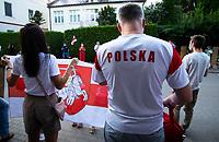 Bialystok, 16.08.2020. Protest pod bialoruskim konsulatem z udzialem Bialorusinow mieszkajacych w Bialymstoku przeciwko sfalszowanym wyborom prezydenckim na Bialorusi. Protestujacy domagali sie ustapienia Alaksandra Lukaszenki i rozliczenia winnych smierci kilku osob podczas protestow w Minsku N/z zakazana na Bialorusi bialo-czerwono-biala flaga Bialoruska z herbem Pogoni, obok czlowiek w koszulce z napisem Polska fot Michal Kosc / AGENCJA WSCHOD