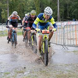 04-10-2020: Wielrennen: Geopark Classic: Gasselte<br /> Pim de Waard door het water