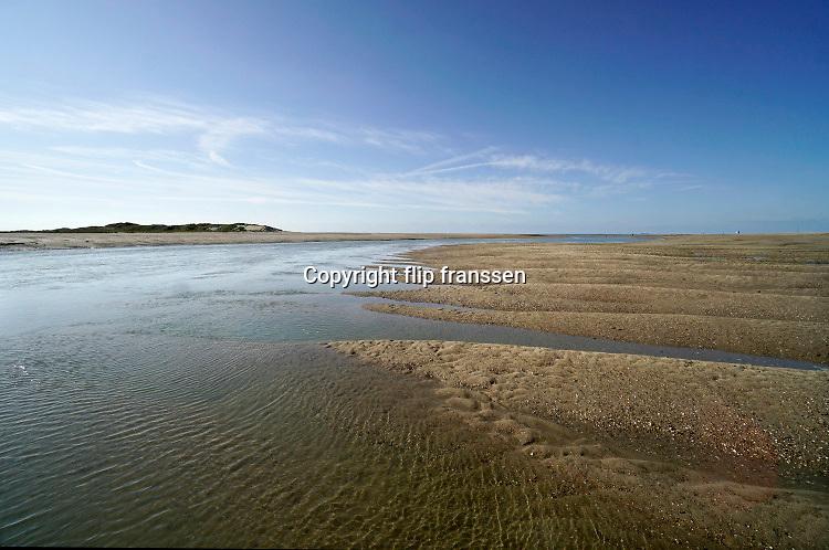 Nederland, Cadzand, 10-9-2019 Noordzeestrand bij het natuurgebied, nationaal park, het Zwin . Bij vloed stroomt het vol en bij eb weer leeg met mooie kreken in het zand . Natuurstrand .Foto: Flip Franssen