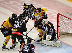 21.10.2016, Albert Schultz Halle, Wien, AUT, EBEL, UPC Vienna Capitals vs Dornbirner Eishockey Club, 12. Runde, im Bild aberkannter Treffer von Andreas Noedl (UPC Vienna Capitals), Olivier Magnan (Dornbirner Eishockey Club), Charlie Sarault (Dornbirner Eishockey Club), Kevin Schmidt (Dornbirner Eishockey Club), Jonathan Ferland (UPC Vienna Capitals) und Florian Hardy (Dornbirner Eishockey Club) // during the Erste Bank Icehockey League 12th Round match between UPC Vienna Capitals and Dornbirner Eishockey Club at the Albert Schultz Ice Arena, Vienna, Austria on 2016/10/21. EXPA Pictures © 2016, PhotoCredit: EXPA/ Thomas Haumer