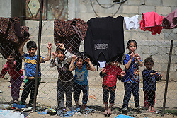 May 22, 2019 - Gaza, gaza strip, Palestine - Palestinian children stand behind a wire fence in an impoverished area in Beit Lahia in the northern Gaza Strip on May 22, 2019. (Credit Image: © Majdi Fathi/NurPhoto via ZUMA Press)
