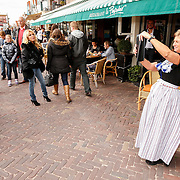 NLD/Volendam/20121025 - Uitreiking 100% NL Awards 2012, Patricia Paay word gefotografeerd door Volendamse vrouw in klederdracht
