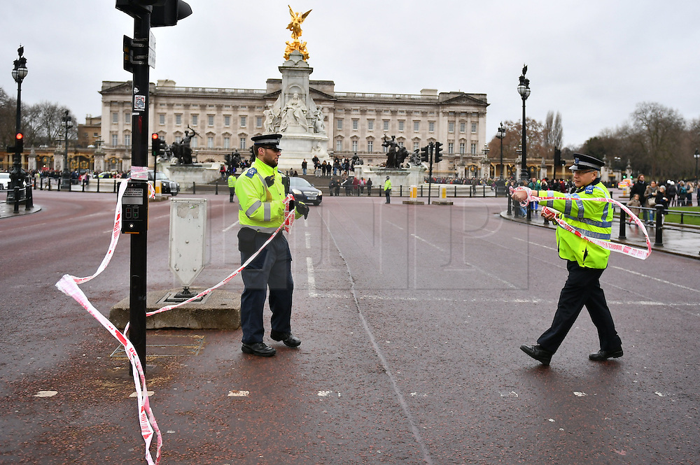 © Licensed to London News Pictures. 21/12/2016. London, UK. Extra road closures in place around Buckingham Palace in London at the time of Changing of the Guard ceremony. The extra closures have come in to place following a terrorist attack using a vehicle in Berlin.  Photo credit: Ben Cawthra/LNP