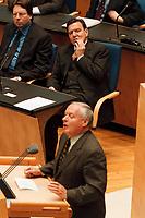 21.01.1999, Deutschland/Bonn:<br /> Gerhard Schröder, SPD, Bundeskazler, beobachtet den Redner Oskar Lafontaine, SPD, Bundesfinanzminister, während der Bundestagsdebatte zur Finanz- und Wirtschaftspolitik, Plenum, Deutscher Bundestag, Bonn<br /> IMAGE: 19990121-01/02-04<br /> KEYWORDS: Gerhard Schroeder, Rede, speech