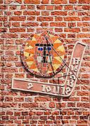 Olsztyn, 2014-05-18. Zegar słoneczny na ścanie Wojewódzkiej Biblioteki Publicznej. Rynek Starego Miasta.
