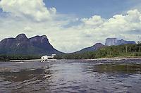 Helicoptero posado sobre el rio Autana, Amazonas, Venezuela