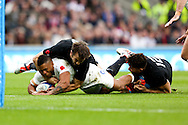 England's Kyle Eastmond tackled by New Zealand's Aaron Smith and New Zealand's Sonny Bill Williams - QBE Autumn Internationals - England vs New Zealand - Twickenham Stadium - London - 08/11/2014 - Pic Charlie Forgham-Bailey/Sportimage