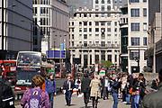 Engeland, Londen, 10-4-2019Centrum van de stad. Oostelijk deel van het centrum, de city, het financiele district met hoogbouw van banken en kantoren  . Architectuur,modern,moderne,zakenbanken,banken,zakelijk,centrum . Milleniumbidge, milleniumbrug. Mensen op straat, straatbeeld, stadsbeeld .Foto: Flip Franssen