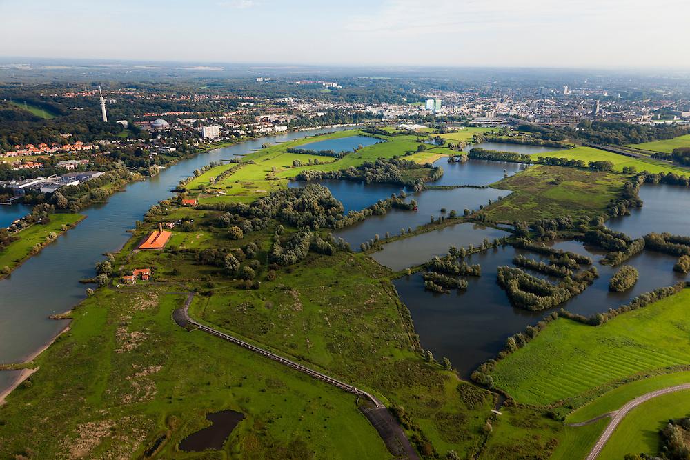 Nederland, Gelderland, Gemeente Arnhem, 03-10-2010; zicht op Meinerswijk, naar het westen, links de bebouwing van Arnhem. In de voorgrond het regelwerk (doorlaatwerk met schuiven), onderdeel van de voormalige IJssellinie. Ter hoogte van de oude steenfabriek (met rood pannendak) kon de rivier door middel van drijvende stuw afgesloten worden. Rechtsonder restant van de bijbehorende 'defensiedijk'.. In het kader van het programma Ruimte voor de Rivier zullen delen van de uiterwaard afgraven worden. Ook zal het gebied opnieuw ingericht worden..View of floodplains and polder Meinerswijk, Arnhem to the left. In the foreground control works (operating with slides) part of the former IJssel defense line. The area will partly excavated to create 'space for the river'.  .luchtfoto (toeslag), aerial photo (additional fee required).foto/photo Siebe Swart