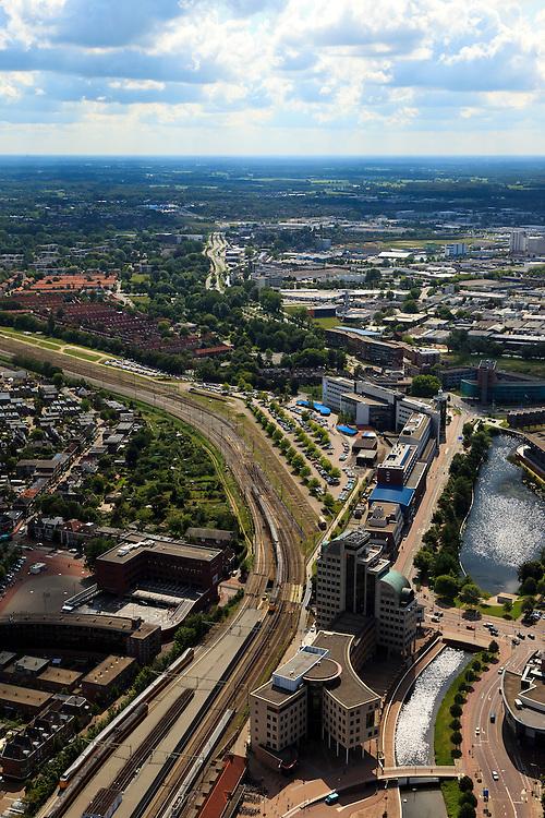 Nederland, Overijssel, Deventer, 30-06-2011;.Handelskade en spoor. De N344 loopt linksboven richting horizon.Gebouw midden onder is de Hogeschool van Deventer Saxion..luchtfoto (toeslag), aerial photo (additional fee required).copyright foto/photo Siebe Swart