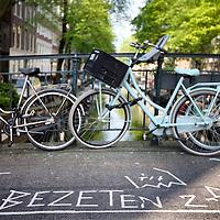 Nederland, Amsterdam , 23 april 2014.<br /> Bezetbordjes van allerlei plumage voor de vrijmarkt tijdens Koningsdag zoals hier op de Rosa overbeekbrug Bloemgracht<br /> Foto:Jean-Pierre Jans
