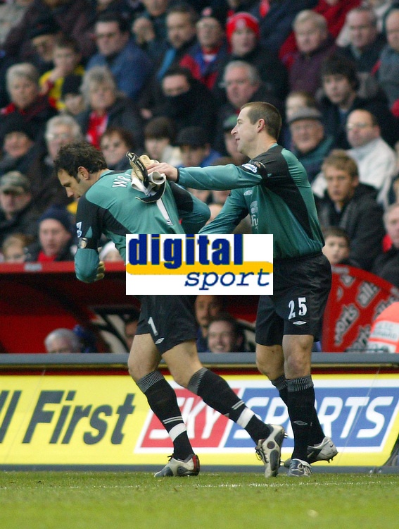Fotball<br /> Premier League 2004/05<br /> Charlton v Everton<br /> 28. desember 2004<br /> Foto: Digitalsport<br /> NORWAY ONLY<br /> Everton's reserve goalkeeper Richard Wright is applauded onto the pitch by Nigel Martyn who had to be substituted due to an injury