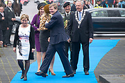 Koning Willem-Alexander en koningin Maxima bezoeken  het festival Lang Leve de Club in Zwolle. Het Nationaal Comite 200 jaar Koninkrijk organiseert het festival om het recht op vrijheid van vereniging en vergadering te vieren. <br /> <br /> King Willem - Alexander and Queen Maxima visit the festival Long Live Club in Zwolle. The National Committee 200 years Kingdom organizes the festival to celebrate the right to freedom of association and assembly<br /> <br /> op de foto / On the photo:  Aankomst / Arrival
