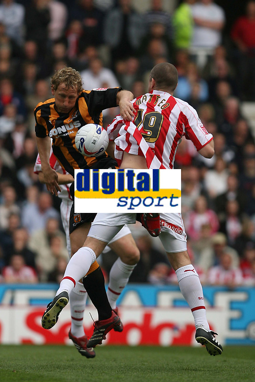 Photo: Pete Lorence.<br />Stoke City v Hull City. Coca Cola Championship. 21/04/2007.<br />Ray Parlour battles with Dominic Matteo.