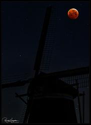 21-01-2019 NED: Super Blood Wolf Moon, Maarssen<br /> A total lunar eclipse that is called a Super Blood Wolf Moon is seen from Oud Zuilen nearby Utrecht.