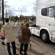 NLD/Huizen/20070310 - Kiwanis Gooise Karavaan gehandicapten vrachtwagen run 2007, toeschouwers op de Gooilandweg Huizen