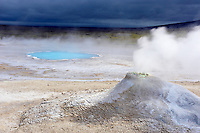 Islande, Hveravellir, fumerolles et source chaude dans la zone geothermique de Hverarvellir // Iceland, Hveravellir, steam eruption from geothermal hot springs