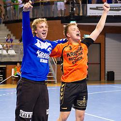 02-06-2011 HANDBAL: BEKERFINALE HURRY UP - O EN E: ALMERE<br /> (L-R) Keeper Bart van Huisstede en Martijn Louissen zijn blij met de overwinning<br /> ©2011-FotoHoogendoorn.nl / Peter Schalk