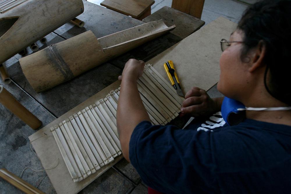 Betim_MG, Brasil...Oficina de artesanato (Bambu) realizada na comunidade do bairro Citrolandia na regiao de Betim, Minas Gerais...The bamboo crafts workshop in the community in Citrolandia neighborhood in Betim, Minas Gerais...Foto: VICTOR SCHWANER / NITRO