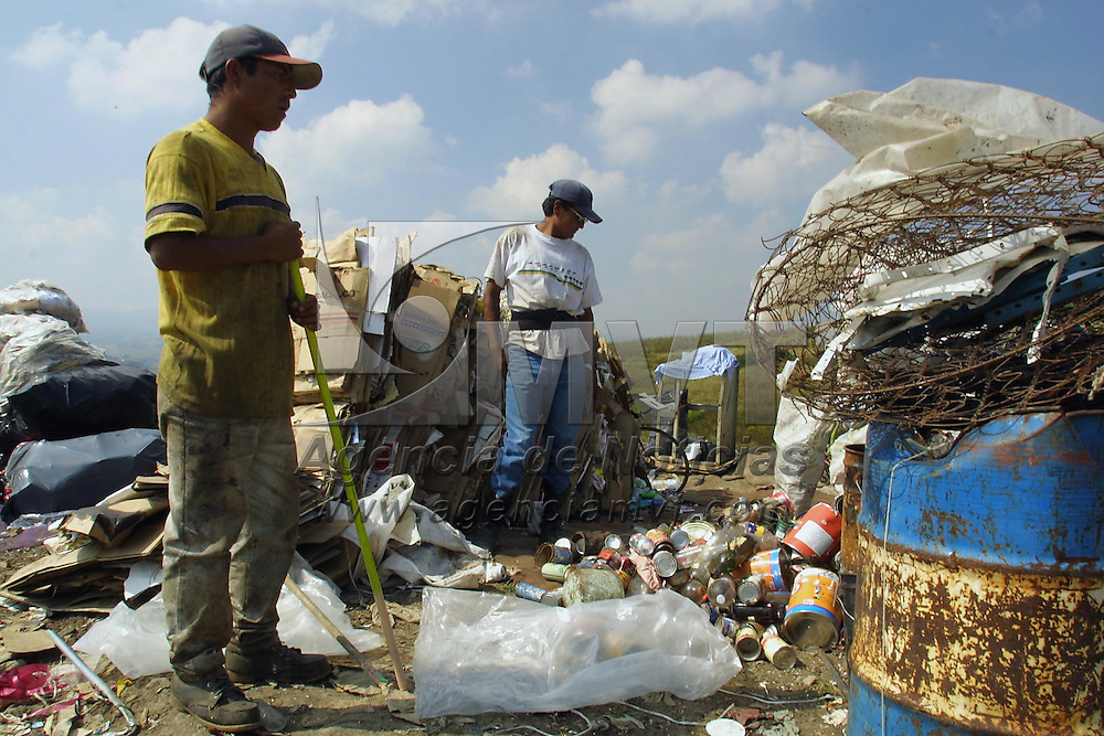Toluca, Méx.- Pepenadores del tiradero municipal  trabajan a un dia de que este sea cerrado por la comunidad ya que no se ha llegado a un acuerdo entre el ayuntamiento y autoridades ejidales de San Luis Mextepec. Esta situacion complicaria aun mas la situacion que se vive en el valle de Toluca por falta de lugares para concentrar la basura. Agencia MVT / Mario Vázquez de la Torre. (DIGITAL).<br /> <br /> NO ARCHIVAR - NO ARCHIVE