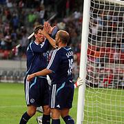 NLD/Amsterdam/20070802 - LG Amsterdams Tournament 2007, Ajax - Atletico Madrid, Klaas Jan Huntelaar feliciteerd Gabri met zijn doelpunt