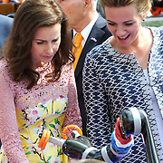 Koningsdag 2014 in Amstelveen, het vieren van de verjaardag van de koning. / Kingsday 2014 in Amstelveen, celebrating the birthday of the King. <br /> <br /> <br /> Op de foto / On the photo: Prinses Anita en prinses Annette