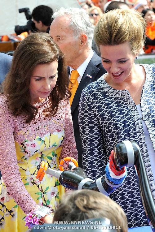 Koningsdag 2014 in Amstelveen, het vieren van de verjaardag van de koning. / Kingsday 2014 in Amstelveen, celebrating the birthday of the King. <br /> <br /> <br /> Op de foto / On the photo: Prinses Anita en prinses Annette