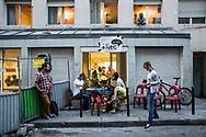 Open street mic (émission réalisée dans la rue) devant le foyer Bisson, quartier général de la radio.