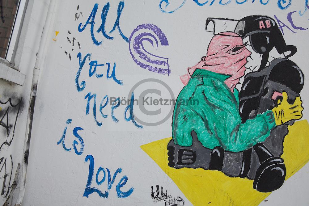 Bogota, Cundinamarca, Colombia - 24.09.2016        <br /> <br /> Street art and sprayed slogans in the Colombian capital Bogota. In numerous graffiti current political conflicts are taken up. On 2nd October a peace referendum takes place about the end of the 52 years ongoing civil war between the marxist FARC-EP guerrilla and the government.<br /> <br /> Streetart und gespruehte Parolen in der kolumbianischen Hauptstadt Bogota. In zahlreichen Graffitis werden aktuelle politische Konflikte des Bürgerkriegslandes aufgegriffen. Am 02. Oktober findet eine Volksabstimmung über das Ende des seit 52 Jahren dauernden Bürgerkrieges zwischen der marxistischen FARC-EP Guerilla und der Regierung statt.<br /> <br /> Photo: Bjoern Kietzmann
