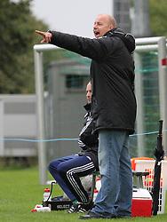 FODBOLD: Cheftræner Benny Gall (Helsingør) dirigerer sine spillere under kampen i DBU Pokalen mellem Kastrup Boldklub og Elite 3000 Helsingør den 31. august 2011 på Røllikevej, Kastrup. Foto: Claus Birch