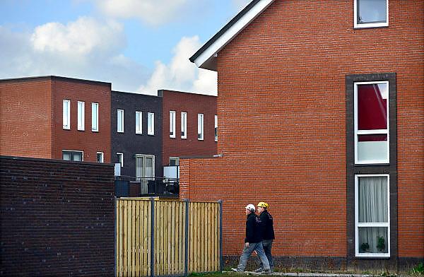 Nederland, Nijmegen, 27-2-2014Bouwplaats voor huizen in de nieuwe wijk Laauwik, onderdeel van de stadsuitbreiding Waalsprong van Nijmegen in Lent.Er worden hier veel verschillende woningtypen gebouwd, zowel voor sociale huur,koop en vrije sector. Bouwvakkers lopen langs.Foto: Flip Franssen/Hollandse Hoogte