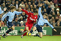 Fotball<br /> Premier League 2004/05<br /> Liverpool v Southampton<br /> 28. desember 2004<br /> Foto: Digitalsport<br /> NORWAY ONLY<br /> Luis Garcia of Liverpool dodges the challenges of two Southampton defenders