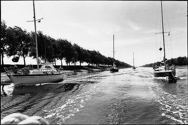 Nederland, Zeeland, 1-8-1998Zeilboten varen door een kanaal.Recreatie, watersport, vaarbewijs, belastingFoto: Flip Franssen/Hollandse Hoogte