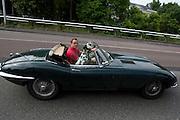 Erik aan de Stegge rijdt met zijn dolmatiër in zijn Jaguar E-type door de binnenstad van Utrecht