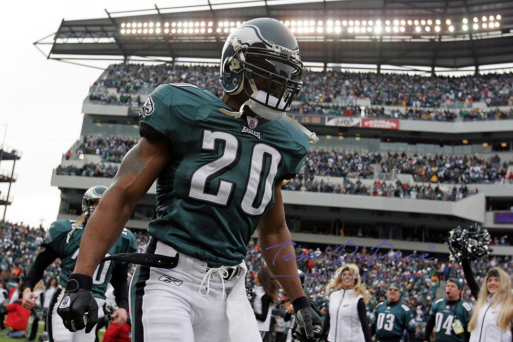 Philadelphia Eagles Brian Dawkins plays in a game against the Dallas Cowboys on December 19,2003.<br /> <br /> (Tom DiPace)