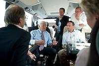 06 AUG 2009, NIEDERSACHSEN/GERMANY:<br /> Frank-Walter Steinmeier, SPD, Bundesaussenminister und Kanzlerkandidat, im Gespraech mit Journalisten im Bus, auf der Fahrt von Wunsdorf nach Braunschweig, waehrend seiner Sommerreise<br /> IMAGE: 20090806-01-087<br /> KEYWORDS: Sommerreise, Bundestagswahl 2009, Wahlkampf, Gespräch, Journalist