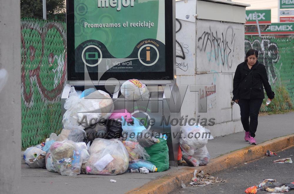 Metepec, México (Noviembre 08, 2016).- Los contenedores de basura instalados en la avenida Tecnológico son insuficientes ante la cantidad de basura que la gente deposita en ellos, teniendo que dejar sus residuos en la banqueta.  Agencia MVT / José Hernández